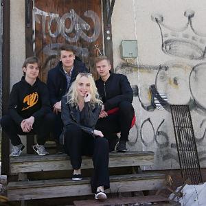 Lil Gang och Cecilia Lasén sitter på en trappa.