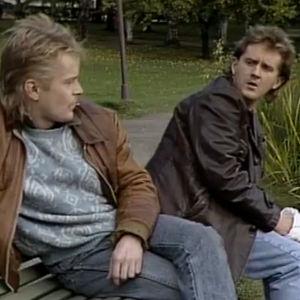 Ola Tuominen ja Jukka Leisti puistonpenkillä (1989).
