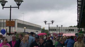 Folkmassa i Grankulla centrum på 1990-talet.