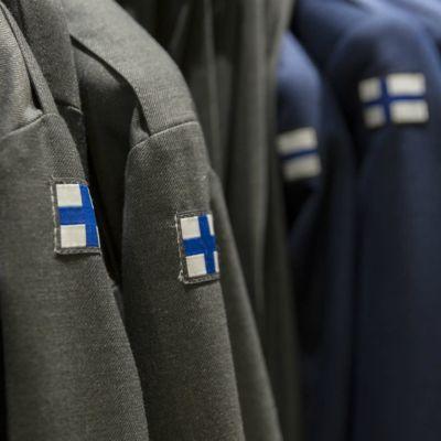 Upphängda uniformer.