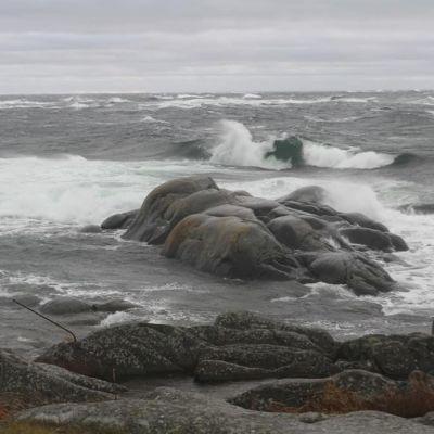 Vaahtoava meri, kallioluotoja