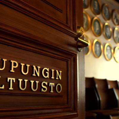 Hämeenlinnan kaupunginvaltuuston kokoussalin ovi auki
