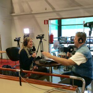 Hannah Norrena och Tobias Larsson diskuterar på bokmässan i Helsingfors.