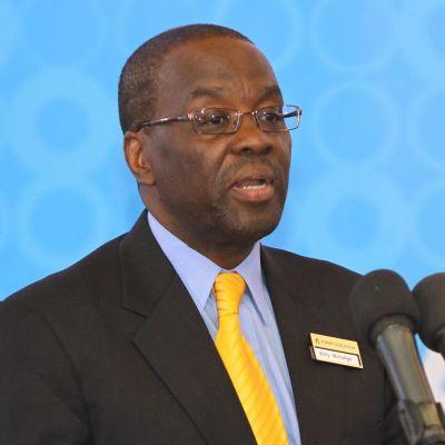 Afrikkalainen mies puhuu mikrofonien edessä