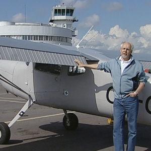 Raine Hakkarainen lentokoneen vierellä Malmin lentoasemalla