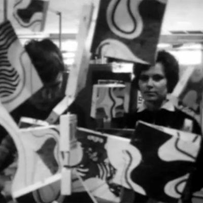 Nainen katsoo taideteosta