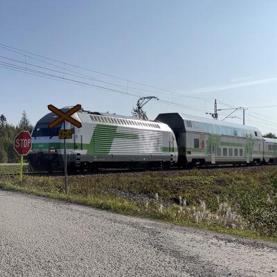 IC711 juna kulkee tasoristeyksen ohi