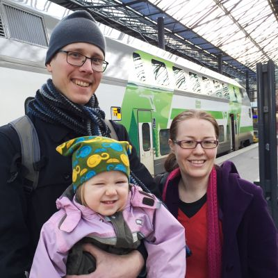 Halosten perhe Helsingin rautatieasemalla 24. joulukuuta.
