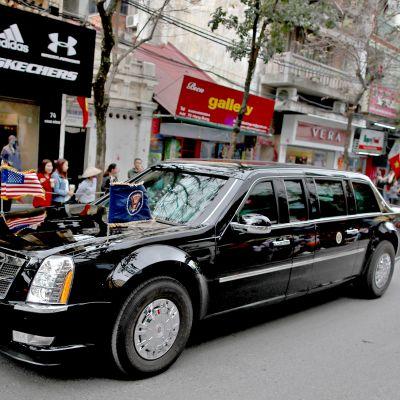 Yhdysvaltain presidentti Donald Trump poistuu autosaattueessa hotellilta 28. helmikuuta.