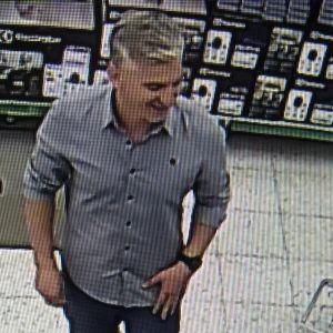 Polisen söker mannen på bilden.