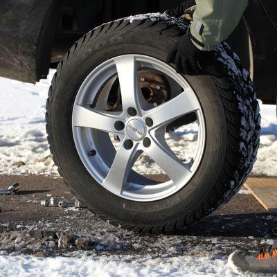 Autoon vaihdetaan talvirenkaita.