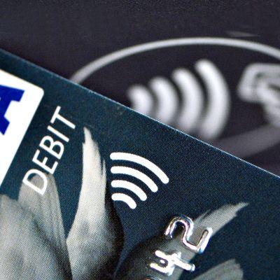Lähikuva lähimaksamiseen tarkoitetusta pankkikortista ja lukulaitteesta.