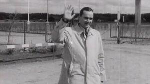Bob Hopen kaksoisolento Malmin lentokentällä 1952.