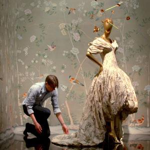 """Metropolitanin suuren """"China Through the Looking Glass"""" -muotinäyttelyn viimeistelyä. Kuva dokumenttielokuvasta Toukokuun ensimmäinen maanantai."""