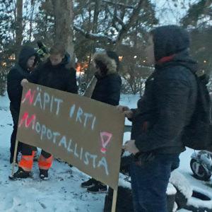 Ungdomar demonstrerar
