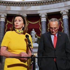 Yhdysvaltain demokraattien Nancy Pelosi ja Chuck Schumer puhuvat kongressirakennuksessa.