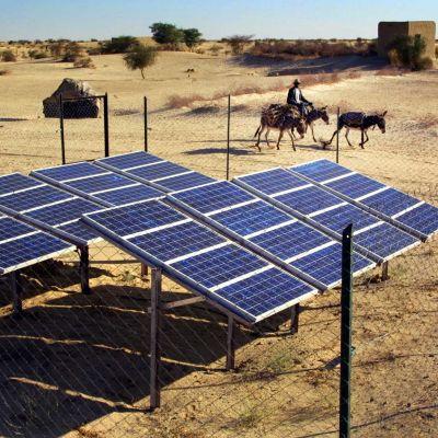 Aurinkopaneeleja lähellä Timbuktua Malissa.