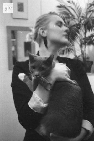 En kvinna med en katt i famnen
