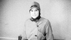 Nainen esittelee hiihtopukua vuoden 1929 muotinäytöksessä.