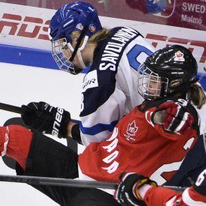 Ronja Savolainen spelar mot Kanada.