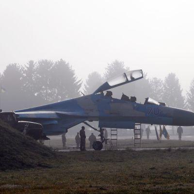 lentokone su-27 sumuisessa aamussa