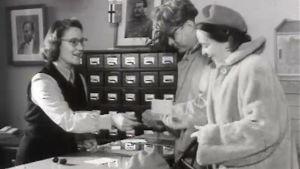 Viisumeita tarkastetaan ja luovutetaan. Filmikertomus SNS:n toiminnasta 1953.