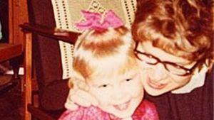 Sirpa Kähkönen som fyraåring tillsammans med sin mor. 1968.