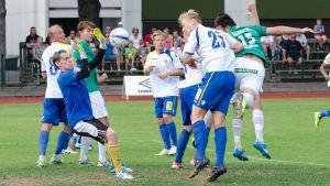 Hemmalagets Fisnik Gerxhaliu nickar bollen i gästernas mål.