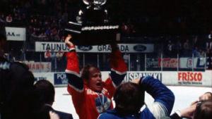 Heikki Riihiranta nostaa Kanada-maljaa HIFK:n SM-voiton myötä 1980.