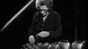 Margareta Sarvana soittaa lehmänkelloja. (1973)