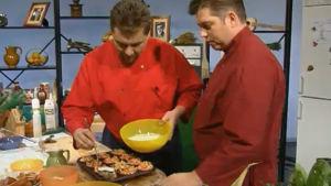 Janne Pekkala ja Timo Nykyri valmistavat lenkkimuffinssit ja suolakurkkukastikeella.