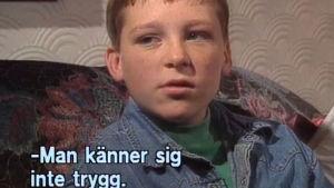 En pojke som blir intervjuad