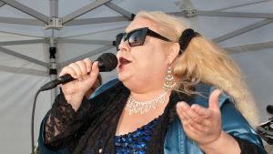 Artisten Heinäsirkka sjunger.