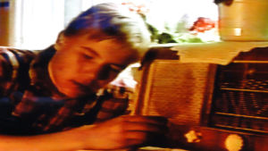 Poika kuuntelee radiota