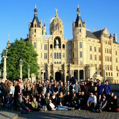 Årskurs 2 i Korsholms gymnasium framför slottet i Schwerin