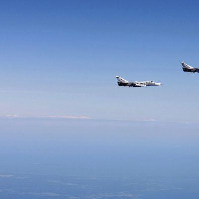 Ilmavoimien Hornet ja Suhoi Su-24 -koneita kuvattuna Itämeren ja Suomenlahden kansainvälisessä ilmatilassa.