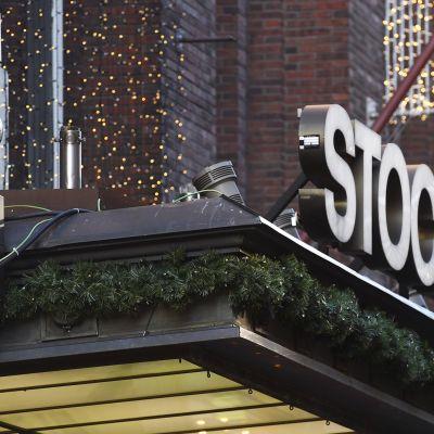Stockmannin tavaratalon kyltti jä jouluköynnös