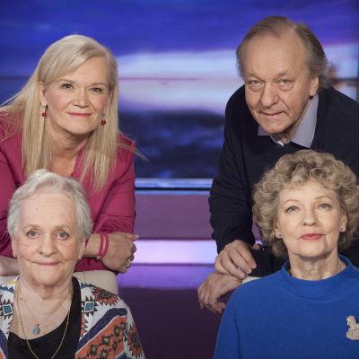 Näyttelijäsisarukset Eila, Liisa ja Esko Roine kertovat lapsuudesta teatteriperheessä, elämänsä iloista ja suruista, näyttämön lumosta ja hetkessä elämisen taidosta.