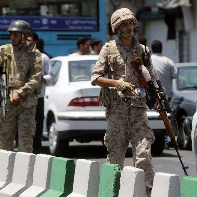 Sotilaat partioivat parlamenttitalon lähellä Teheranissa keskiviikkona.