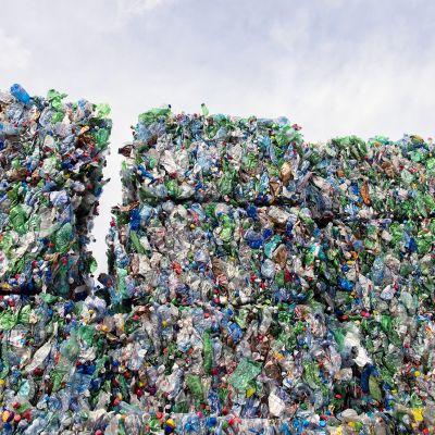 Muovipulloja kierrätysasemalla Sveitsissä.