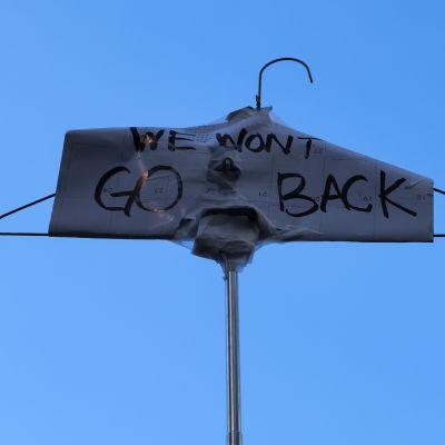 """""""Emme palaa menneeseen"""" luki henkariin kiinnitetyssä viestissä aborttioikeuksia puolustavassa mielenosoituksessa New Yorkissa toukokuussa."""