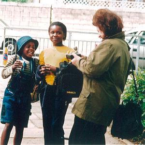 Toimittaja Eeva Lennon haastattelemassa nuoria tyttöjä Lontoon slummeissa