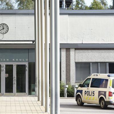 Poliiauto Pääskytien koulun pihassa Porvoossa.