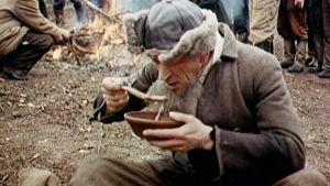 Mies syö keittoa