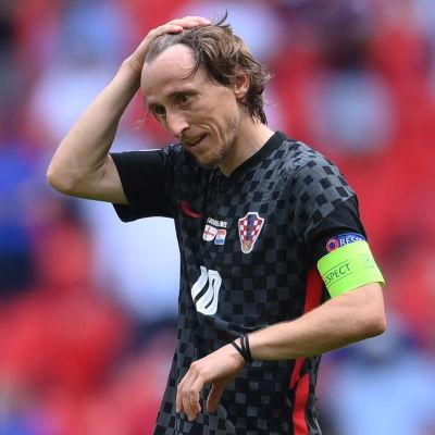 Luka Modric skrapar sig på huvudet.