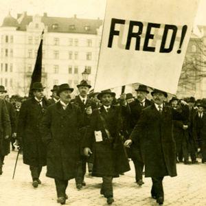 fotografi från 1917 och fredsmarsch i stockholm., Skylt och män