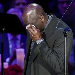 Michael Jordan i tårar under Kobe Bryants minnesceremoni.