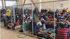 Gripna migranter i gränsstationen vid Rio Grande i Texas i juni 2019.