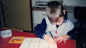 Alaric Mård  som barn skriver.
