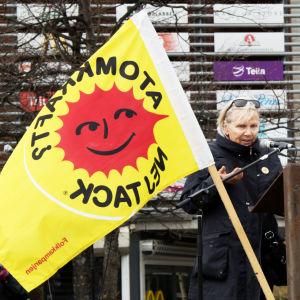 Demonstration mot kärnkraften i Umeå centrum, författaren Pirkko Lindberg talar